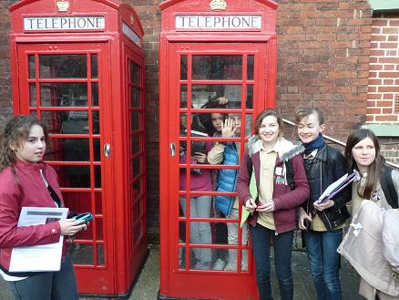 élèves autour d'une cabine téléphonique